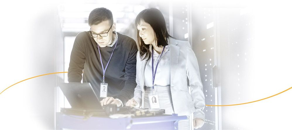 Two business professionals work in data center_03.jpg